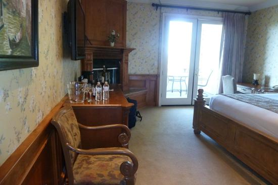 Inn at Churon Winery : There was a small fridge and a fireplace