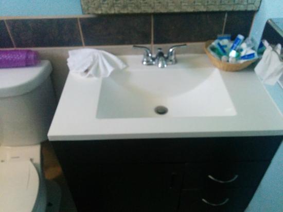 Rodeway Inn & Suites: Rm 114 vanity