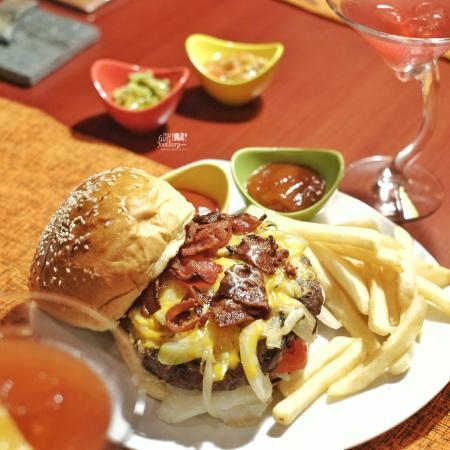 Black Jack Burger at Desperados - Foto di Shangri-La Hotel Surabaya ...