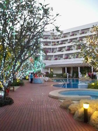 Cha-Am Methavalai Hotel: ช่วงเทศกาลจะประดับไฟบริเวณสระน้ำ