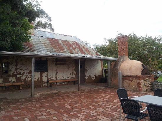 Долина Барроса, Австралия: Старая печь во дворе.