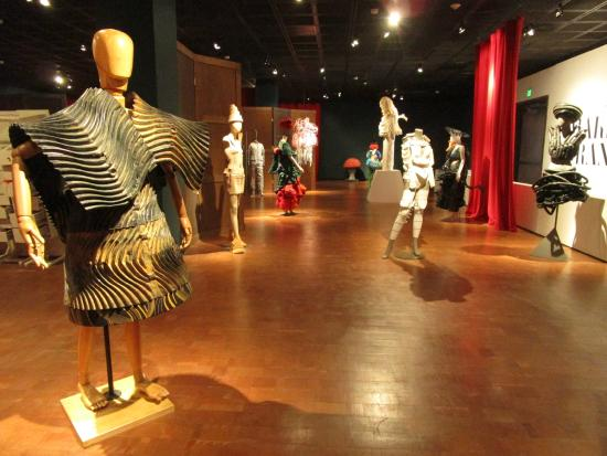 "Fowler Museum : ""Making Strange"" exhibition"