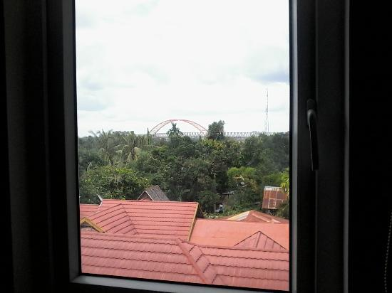 Amaris Hotel Palangkaraya : pemandangan dari kamar, jembatan kota