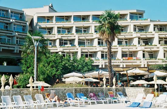 Hotel Mediteran Plava Laguna: Rear hotel elevation as seen from pool area