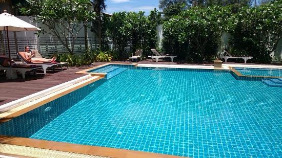Dee Andaman Hotel: Slaapkamer, zwembad, night Market. Oude tuk-tuk voor het hotel