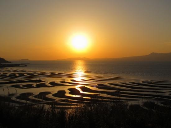 Okoshiki Beach: 夕陽に照らされた砂紋。