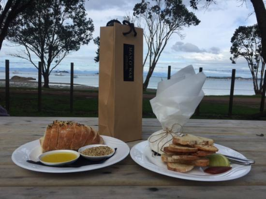Waiheke Island, New Zealand: Sharing platters at Man O'War Vineyards