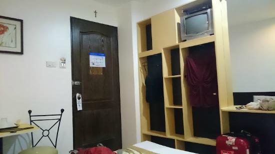 Hotel Pier Cuatro: TV, closet
