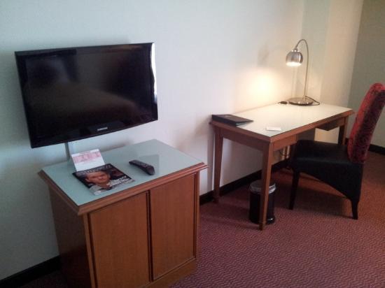 Grand Continental Kuantan: Work desk & flat screen TV