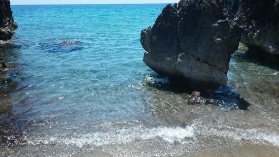Villaggio La Barca: spiaggetta tra gli scogli a breve distanza dal villaggio la barca
