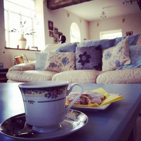 Soar Chapel Guest House: Guest lounge with lush Welsh Cakes