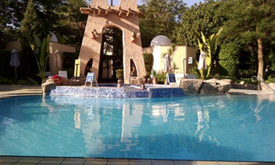 poolanlage im garten mit jacuzzi - picture of achti resort luxor, Garten und Bauten