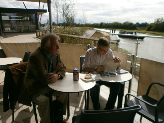 Wilts & Berks Canal: Cup of tea and a bun overlooking the canal!