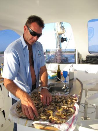 Castelo Do Mar: Robert prepering prawns for us