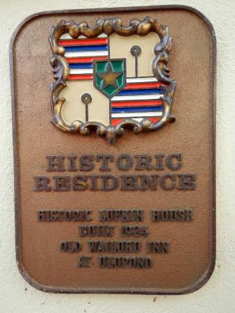 Old Wailuku Inn at Ulupono: Emblem at gate