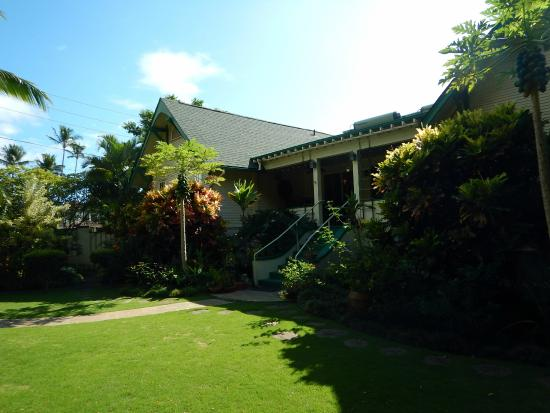 Old Wailuku Inn at Ulupono: Yard area