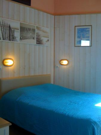 Riva Bella : Chambre couple côté jardin, douche,wc,cabinet toilette