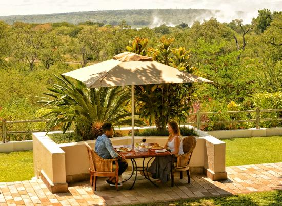Ilala Lodge Hotel: Palm Restaurant with a view of the spray from Victoria Falls