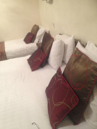 The Hare & Five Hounds Hotel: Extremely large double bed
