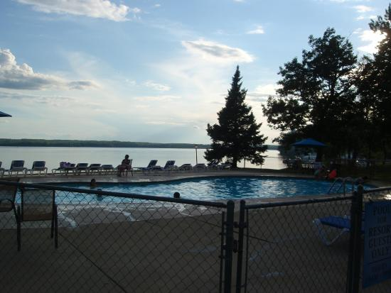 Sugar Lake Lodge: swimming pool next to lake