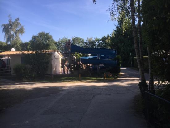 Touquin, Francia: Le toboggan de la piscine