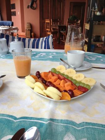 Ambience Inn: Café da manhã com frutas