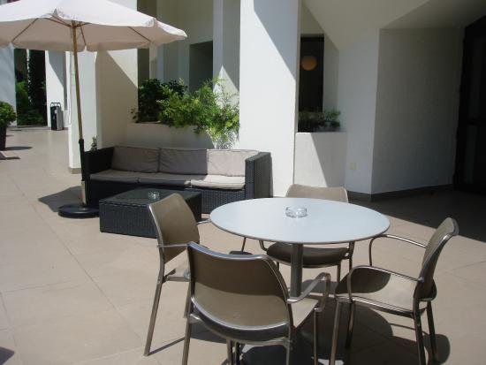 Resideal Premium Cannes: le salon de jardin, terrasse au rez-de-chaussée de la résidence