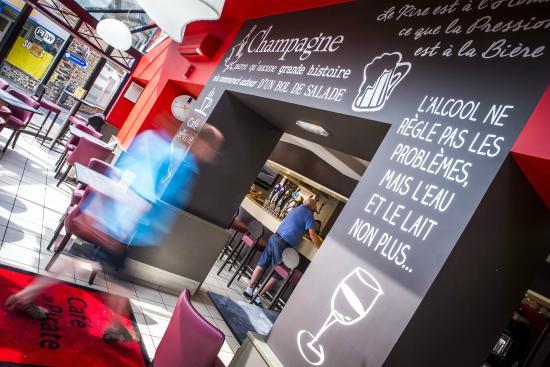 Café Le Pirate : La véranda et le bar