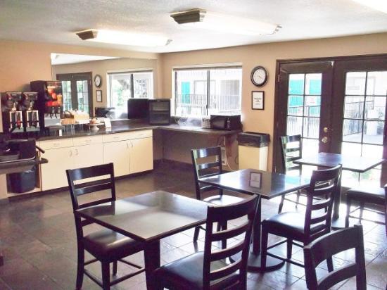 Peppertree Inn: Breakfast Area