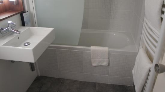 Salle De Bain Avec Baignoire Photo De Campanile Albi Centre - Salle de bain albi