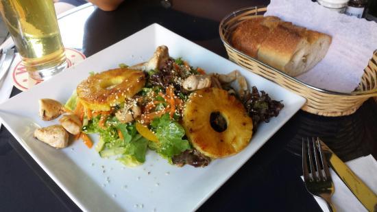 Brenner: Salat mit Ananas und Hahne