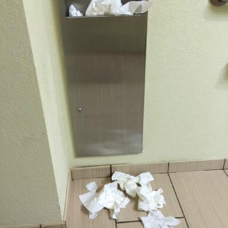 La Quinta Inn & Suites Knoxville Airport: Dirty lobby bathroom