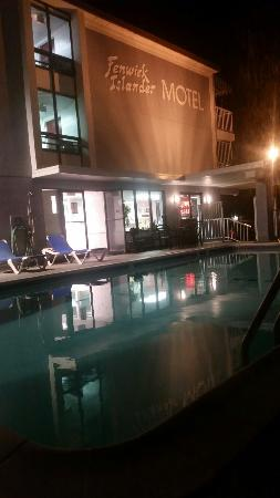 Fenwick Islander Motel: Loved the pool at night!