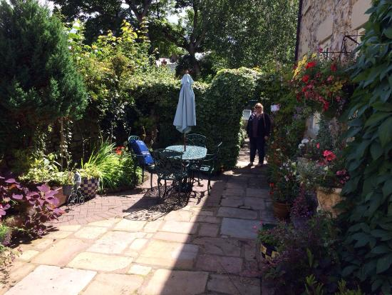 Castle View Guest House: Private garden for guests
