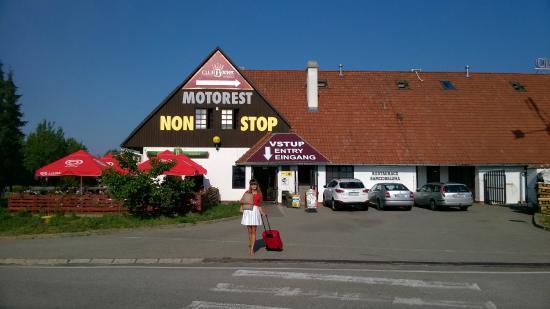 Tvarozna, Tsjechië: Widok Hotelu z zewnątrz...