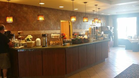 La Quinta Inn & Suites Springfield Airport Plaza : Breakfast bar