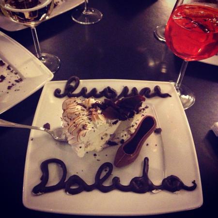 Fara Gera d'Adda, Italia: Meringata con scaglie di cioccolato e panna montata! Scritta in cioccolato al latte e scarpetta!