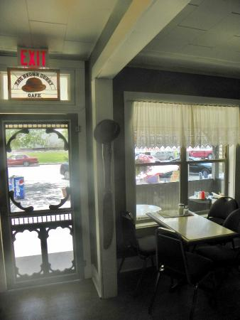 Brown Derby Cafe: Inside cafe looking out to Pleasant Vallry RD>