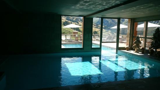 La piscine int rieure et ext rieure avec une vue for Hotel lyon avec piscine interieure