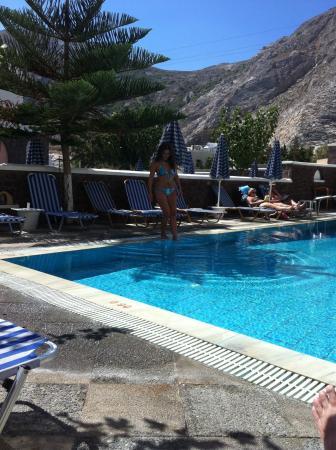 Fomithea Hotel: Strand in Kamari Santorinis