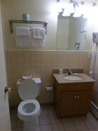 Travelers Inn: Updated and clean bathroom