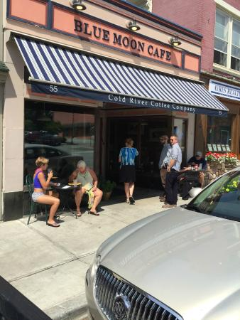 Blue Moon Cafe: out of doors seating