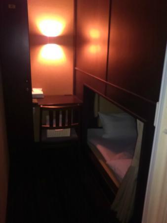 Cabin Hotel Hakata: デラックスキャビンの様子