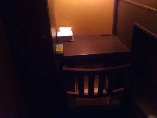 Cabin Hotel Hakata: デラックスキャビンにある小さな机