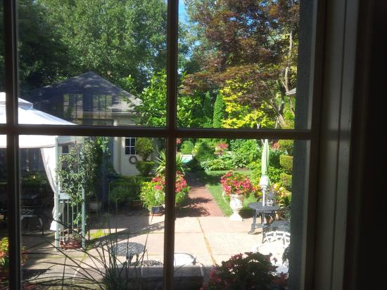 Ridley Gate Manor : View from inside to the gardens and pool