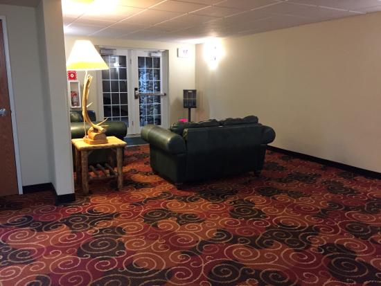 Microtel Inn & Suites by Wyndham Bozeman: A nice sitting area on the lower floor