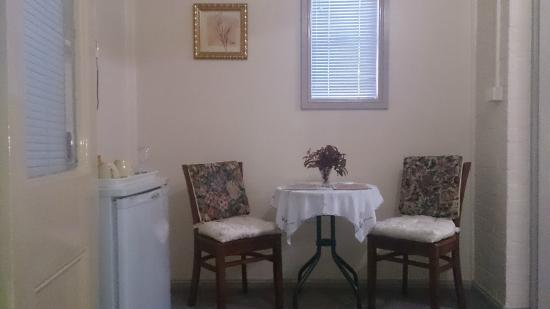 Cafe Style Sitting Room in the Queen Victoria Suite - Boutique Motel Sefton House Tumut