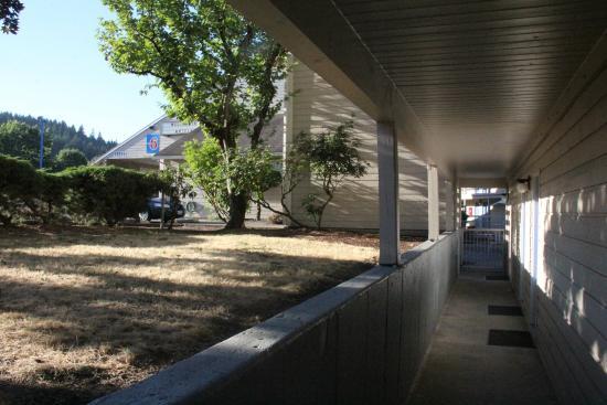 Motel 6 Clackamas: ground floor entry walk