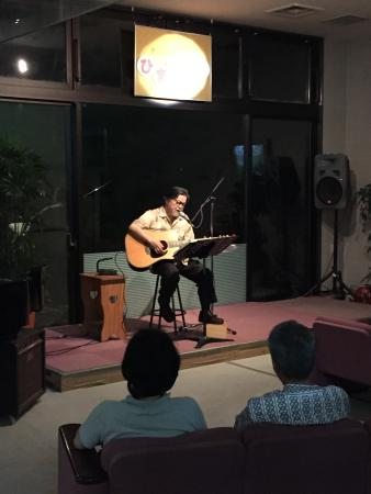 Hotel Yumenoyu: Owner singing