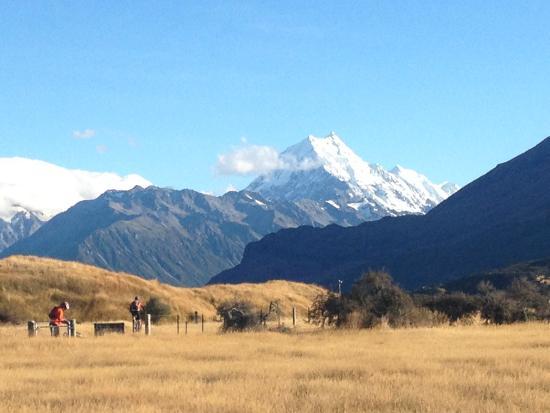 Twizel, นิวซีแลนด์: Biking up to the Tasman River from Jollie Carpark